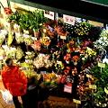 写真: 夜の花屋さん