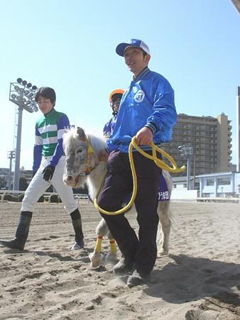 120219ポニーレースin川崎-本馬場入場-7番テンミリリットル号と佐藤翔馬くん-01