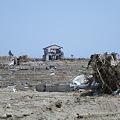 写真: 津波の被害 ひとつだけ残った家