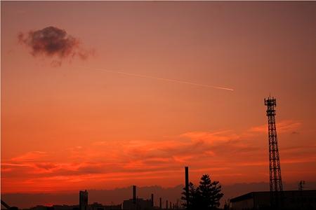 夕陽と飛行機雲