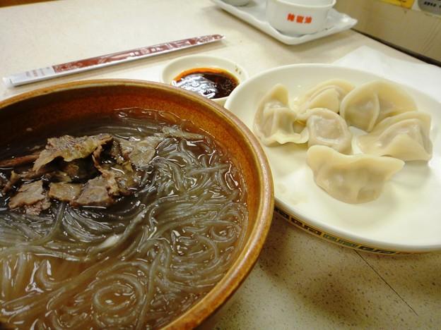 上海駅前 大娘餃子の牛肉粉絲と白菜猪肉餃子