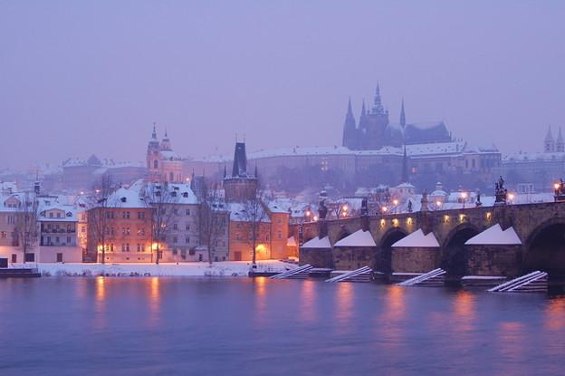 雪のプラハ城