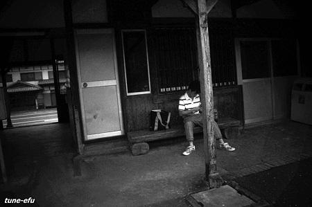 電車を待つ少年