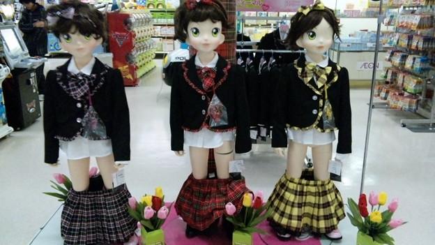写真: 女の子のスカートを脱がすの...