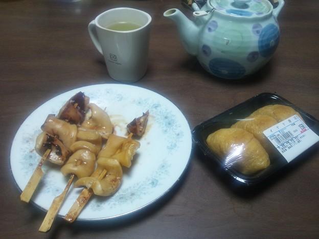 Photos: 晩ご飯はお稲荷さん3個となぜかイカ焼き3本