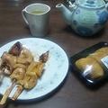 写真: 晩ご飯はお稲荷さん3個となぜかイカ焼き3本