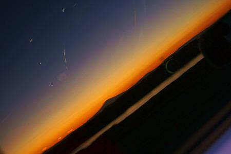 窓に映る富士山