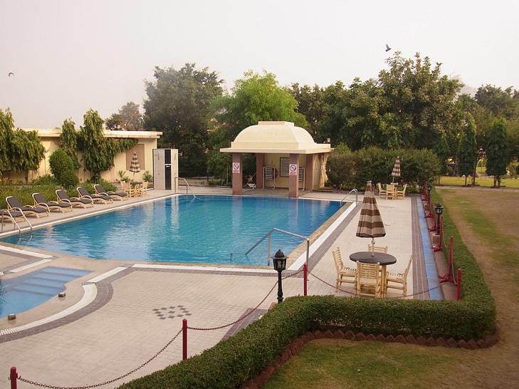 KKロイヤルホテル内のプール