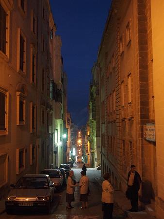 細い路地・夜