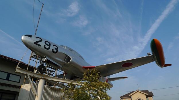 飛行機雲と戦闘機