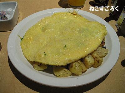 Eggs'n Things エッグスンシングス 原宿  ホウレン草・ベーコンとチーズのオムレツ チーズはモッツアレラ 付け合わせはポテト