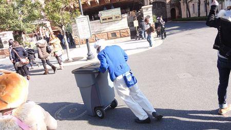 ゴミ箱が動かず苦しむファンカストーディアル_R