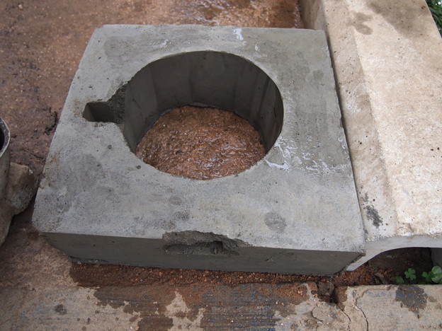 鉄筋モルタル製 水入れ