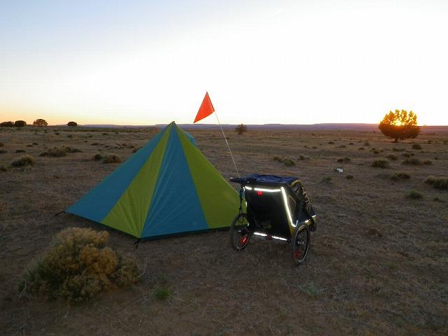 日没の砂漠のキャンプ