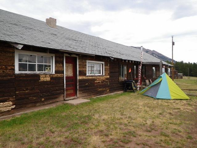 コロラド州アップトップのゴーストタウンにあるミュージアムの前でキャンプ。
