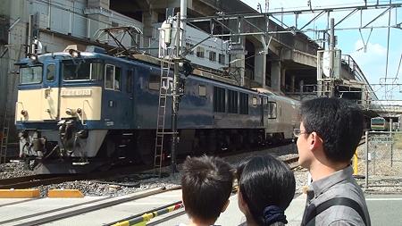 JR高崎線・熊谷駅を通過する寝台特急カシオペア(その1:牽引するのはEF64)
