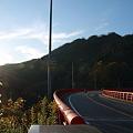 帰り道で  山に沈む夕日とススキ