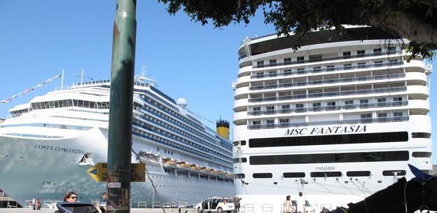 左・コスタ・コンコルディア号・イタリア豪華客船