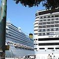 写真: 左・コスタ・コンコルディア号・イタリア豪華客船