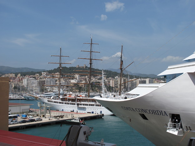写真: 右・コスタ・コンコルディア号・イタリア豪華客船