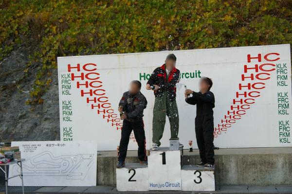 レースの表彰台といえばシャンパンシャワー