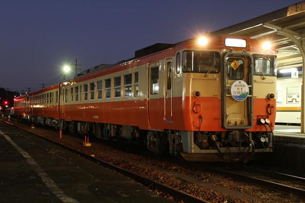 多気駅で発車待ちの「波田須駅開業50周年号」の回送
